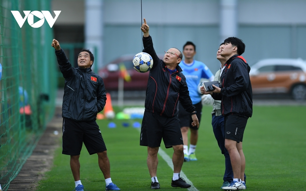 Head coach Park Hang-seo catches onlooking reporters by surprise by starting the session with a strange drill.