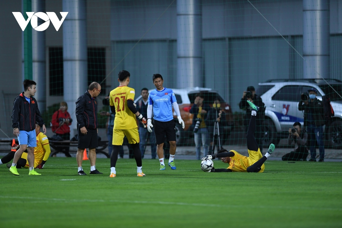 The Korean head coach joins in the training for the goalkeepers.