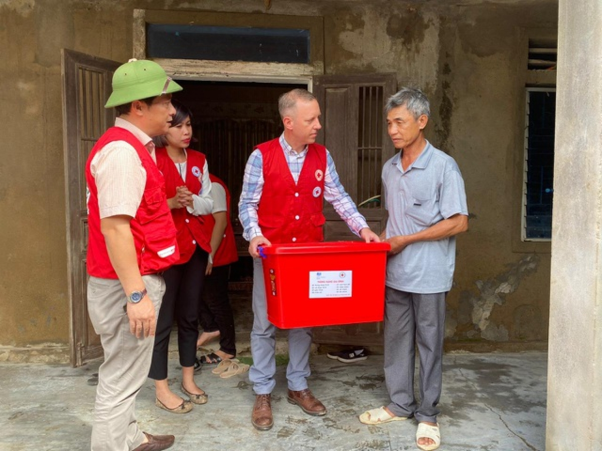 The Ambassador visits the homes of flood victims and presents them with practical gift sets.