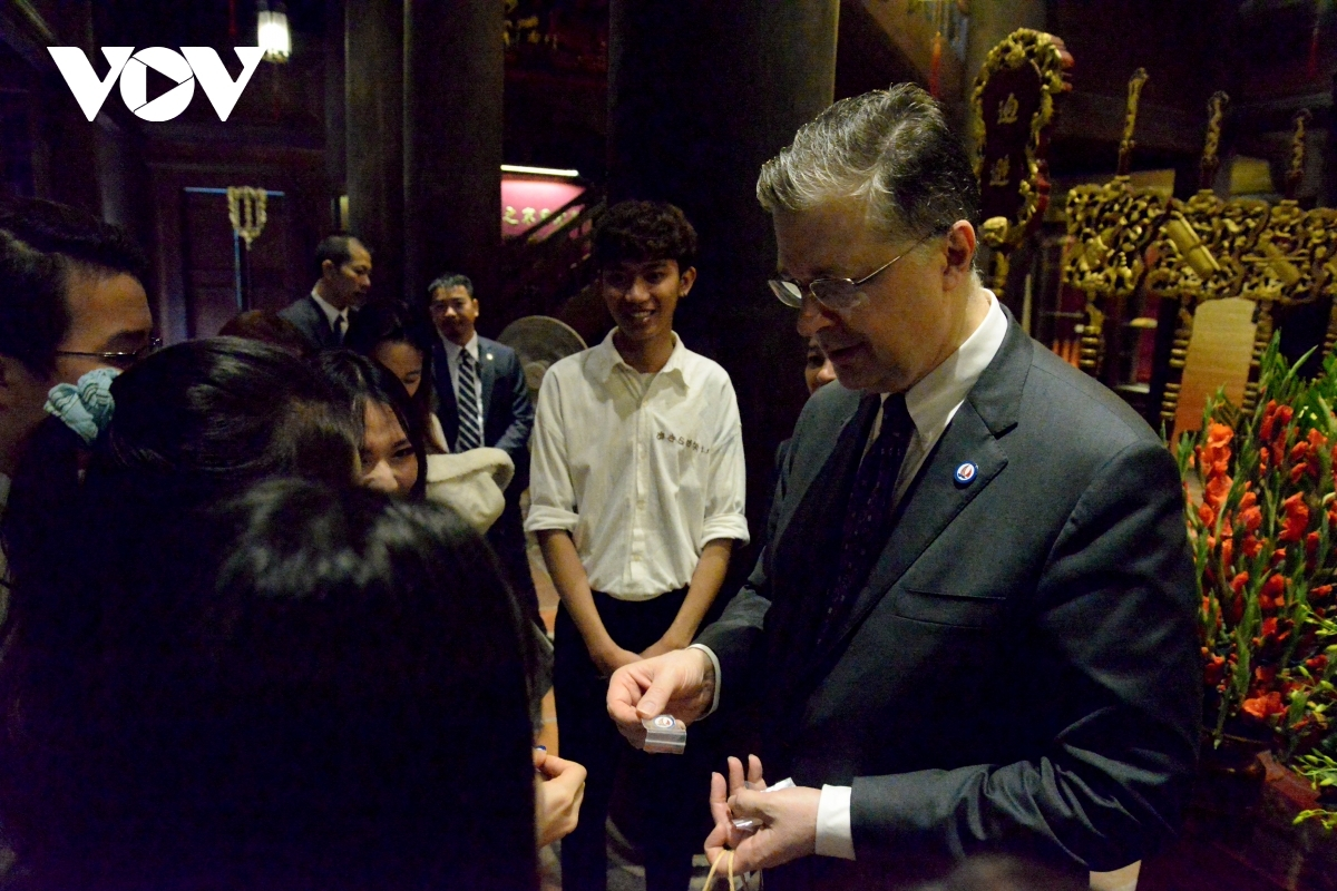 In response, the US diplomat gives gifts to Vietnamese students.