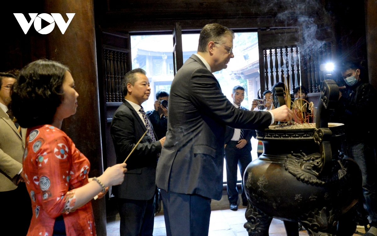 The US ambassador says the visit will allow him to learn much more about historical teaching figures such as Chu Van An, along with Vietnamese cultural traditions.
