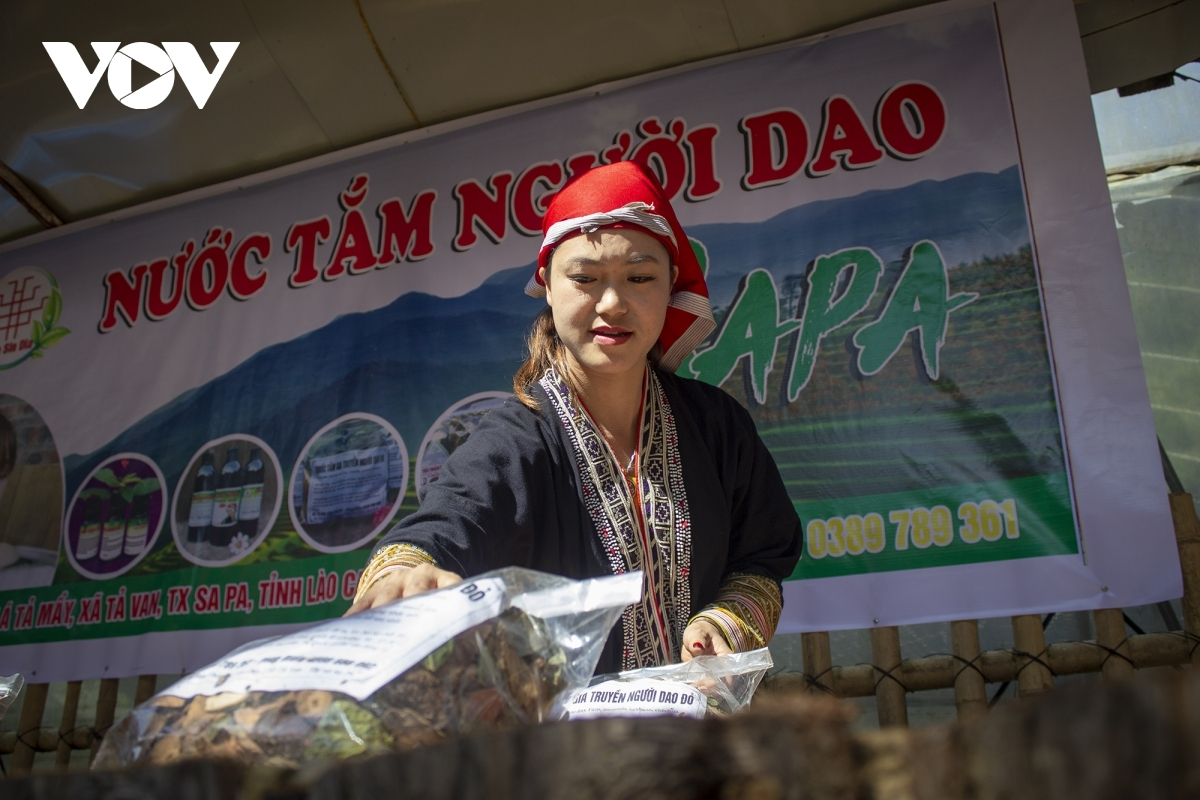 . Dao ethnic people are known nationwide for processing dried medicinal plants for bathing.