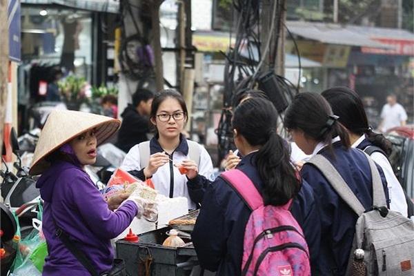 Tràn lan thực phẩm bẩn trước cổng trường