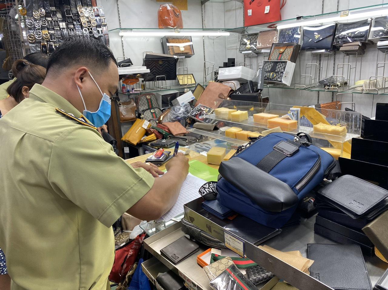 TP.HCM: Phát hiện nhiều sản phẩm có dấu hiệu giả mạo nhãn hiệu nổi tiếng tại Sài Gòn Square và chợ Bến Thành - Ảnh 3.