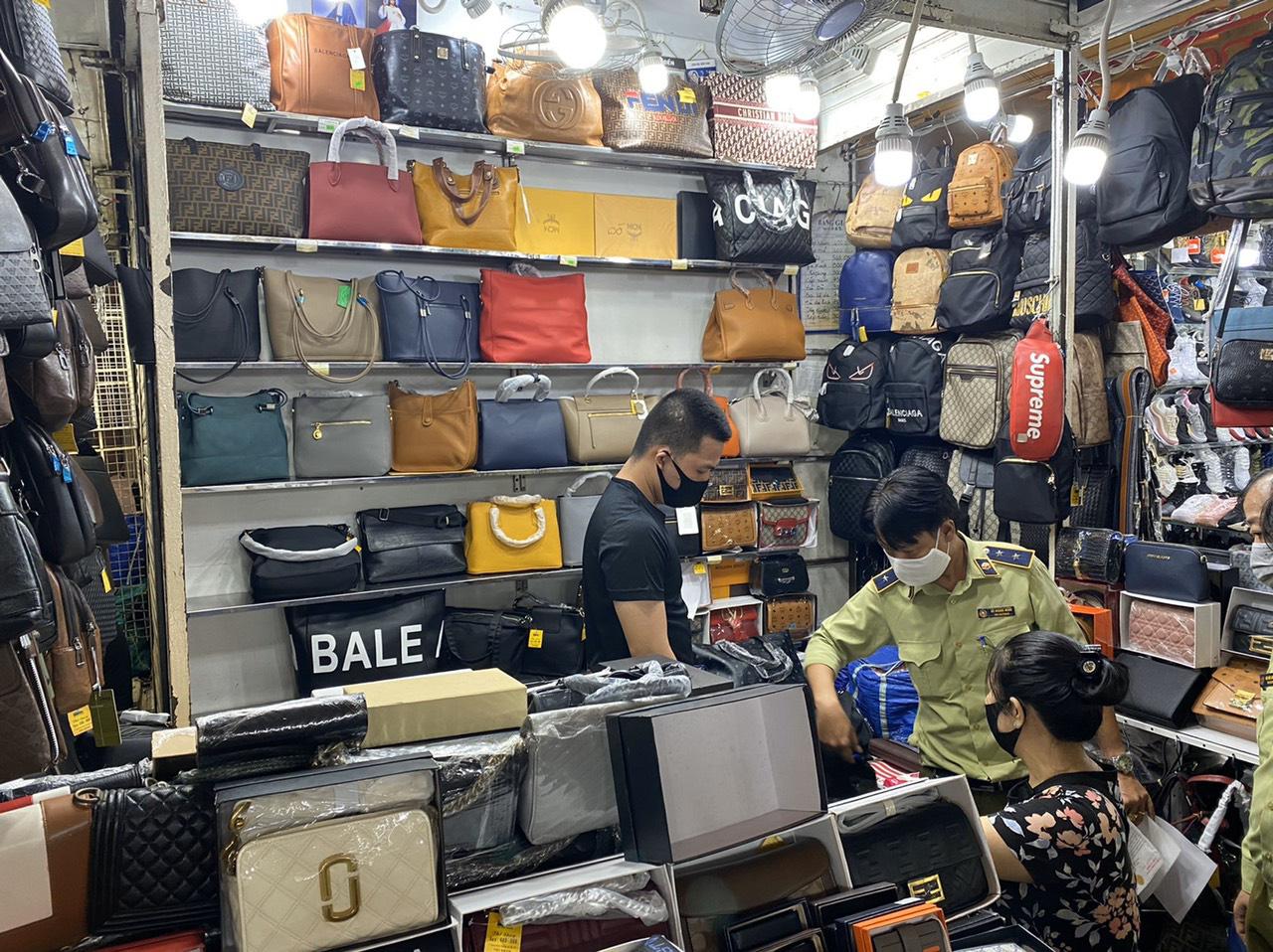 TP.HCM: Phát hiện nhiều sản phẩm có dấu hiệu giả mạo nhãn hiệu nổi tiếng tại Sài Gòn Square và chợ Bến Thành - Ảnh 1.