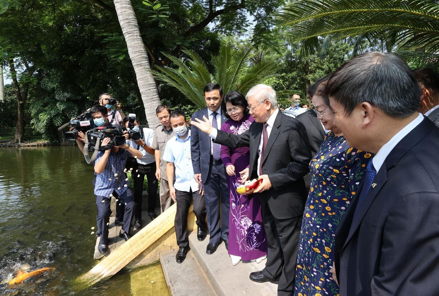 Tổng Bí thư, Chủ tịch nước Nguyễn Phú Trọng dâng hương tưởng niệm Chủ tịch Hồ Chí Minh - Ảnh 8.