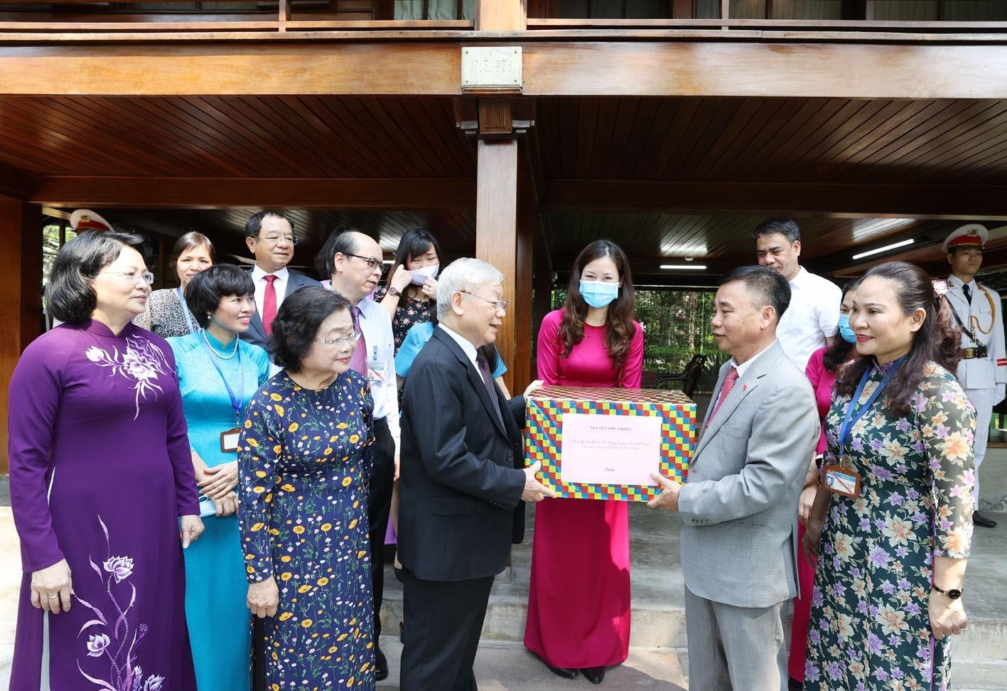 Tổng Bí thư, Chủ tịch nước Nguyễn Phú Trọng dâng hương tưởng niệm Chủ tịch Hồ Chí Minh - Ảnh 7.