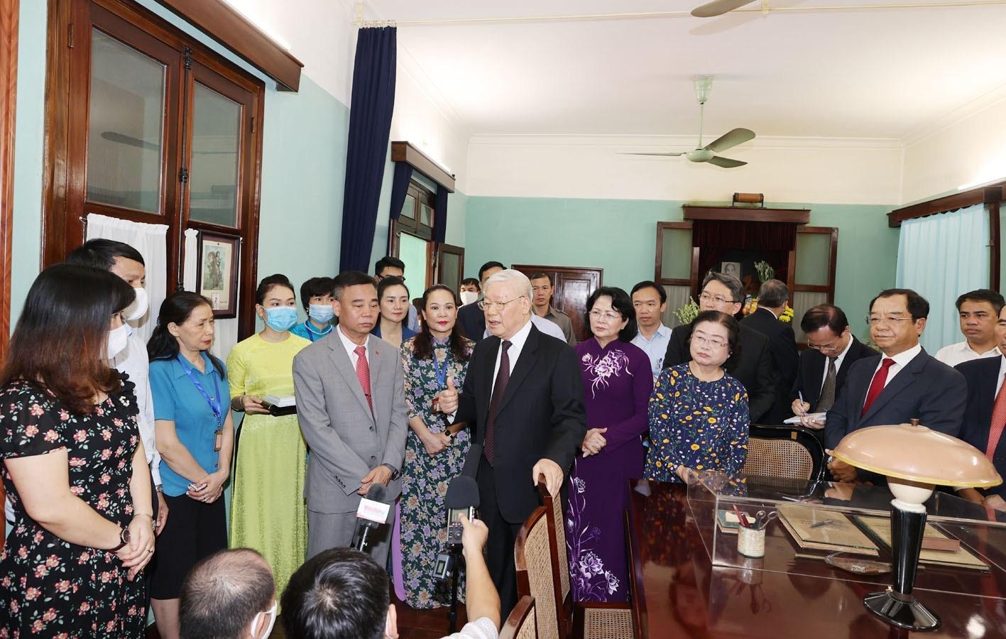 Tổng Bí thư, Chủ tịch nước Nguyễn Phú Trọng dâng hương tưởng niệm Chủ tịch Hồ Chí Minh - Ảnh 3.