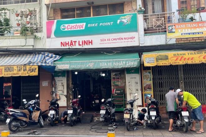 Tiệm sửa xe ở TP Hồ Chí Minh bỏ túi vài triệu đồng trong buổi sáng đầu tiên mở cửa - Ảnh 1.