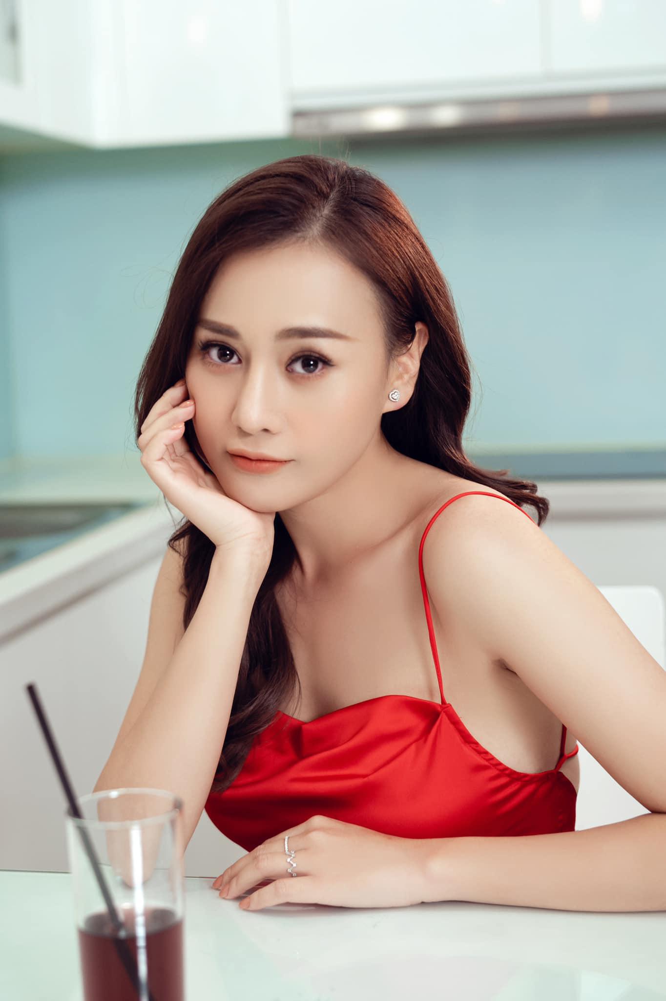Học lỏm bí quyết diện đồ hè năng động, cá tính từ diễn viên Phương Oanh - Ảnh 8.