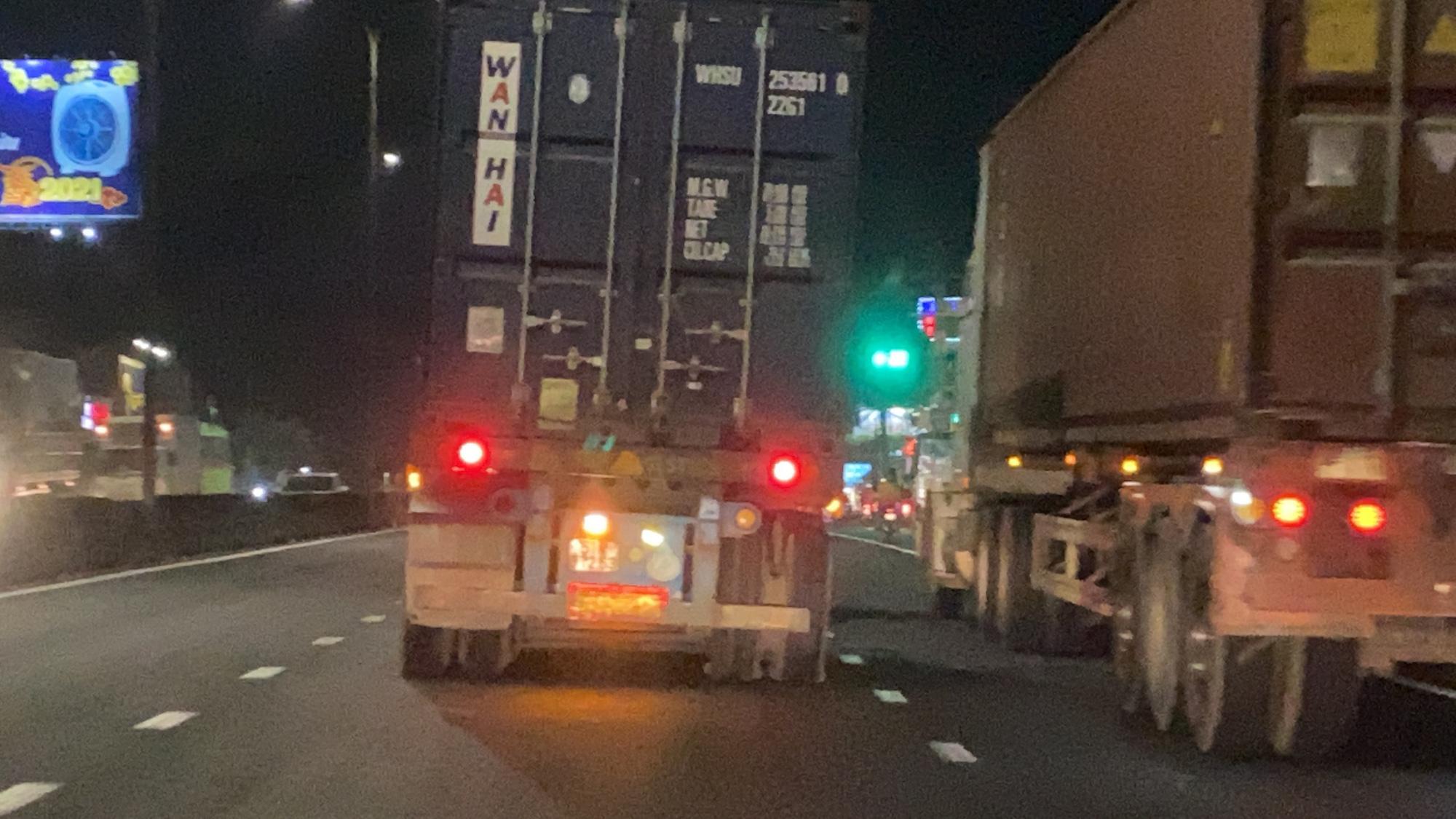 Nổ lốp trên quốc lộ vẫn cố tình chạy, người đi đường được phen hú vía - Ảnh 1.