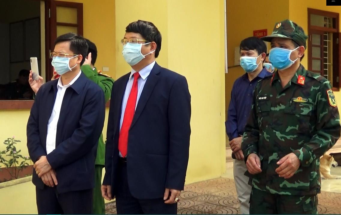 Đồng chí Phạm Duy Hưng, Phó Chủ tịch UBND tỉnh kiểm tra buổi tiếp nhận công dân Việt Nam lao động, học tập, công tác từ Trung Quốc trở về