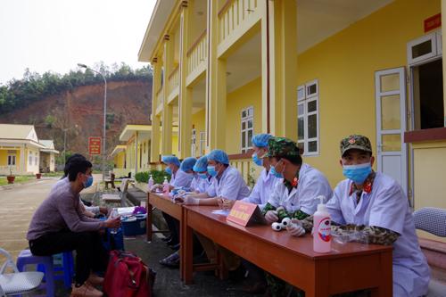 Lực lượng y, bác sỹ và quân y hướng dẫn các công dân thực hiện nghiêm túc việc cách ly