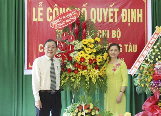 Ông Nguyễn Đăng Minh, Phó Bí thư Thường trực Thành ủy Vũng Tàu tặng hoa chúc mừng nhân dịp thành lập Chi bộ Công ty TNHH HS Vũng Tàu.
