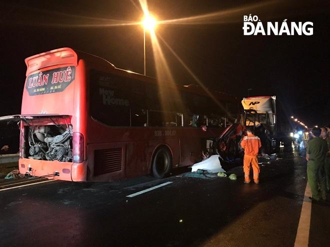 Xe khách và xe đầu kéo dính chặt nhau sau vụ tai nạn. Ảnh: N.Đ