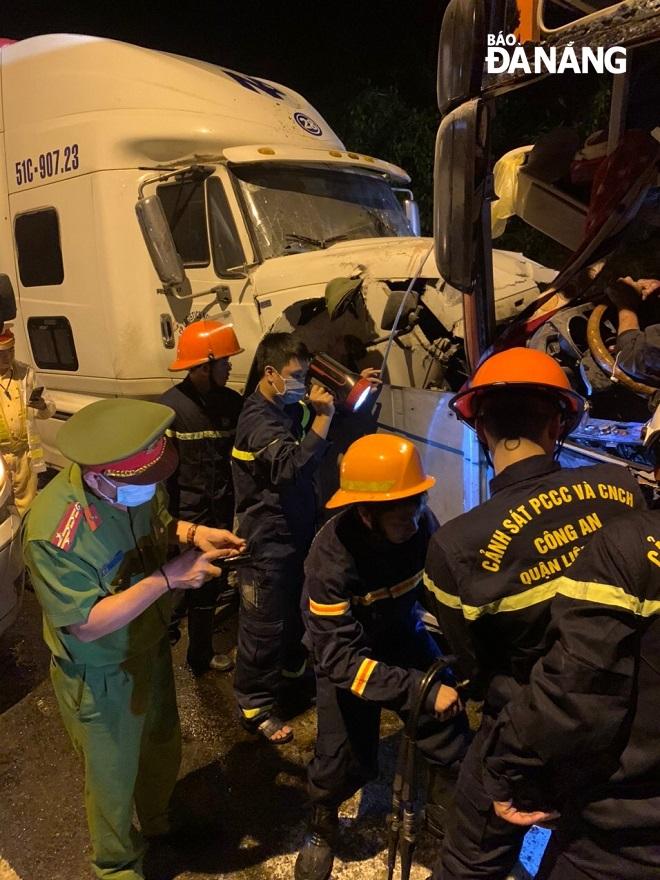 Lực lượng chức năng nỗ lực đưa tài xế mắc kẹt trong cabin đi cấp cứu. Ảnh: N.Đ
