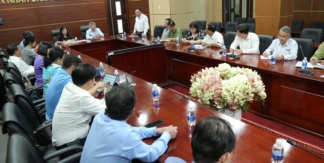 Giám đốc Sở Y tế Phan Huy Anh Vũ báo cáo tình hình của dịch tại buổi làm việc
