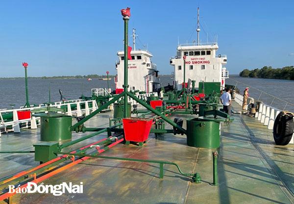 Hai tàu thủy vừa được lực lượng công an phát hiện, bắt giữ tại tỉnh Sóc Trăng. (Ảnh công an cung cấp)
