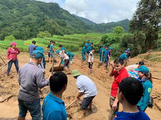Lực lượng chức năng đang hỗ trợ gia đình chị Triệu Mùi Sếnh, thôn Tân Phong, xã Hồ Thầu khắc phục hậu quả. Ảnh: Huyện Đoàn HSP.
