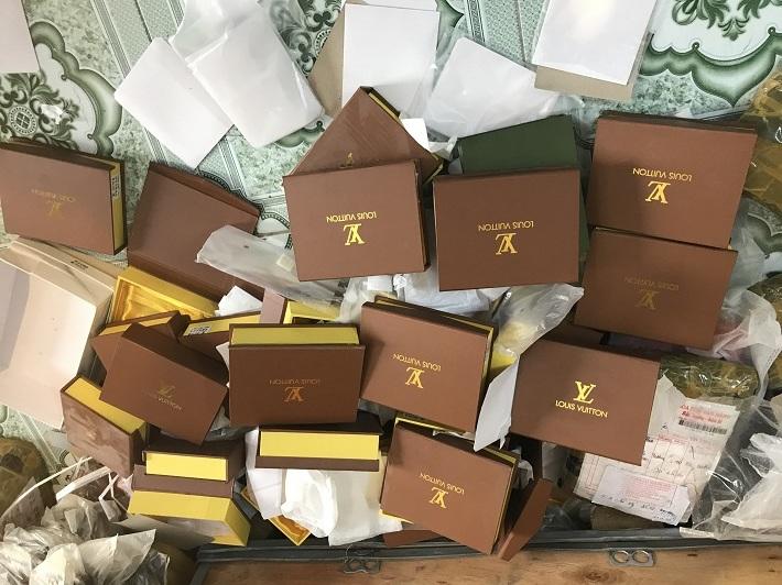 """Đột nhập """"thủ phủ"""" buôn túi xách, thu giữ 1.200 chiếc """"mượn danh"""" thương hiệu lớn"""