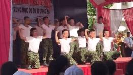 Bộ đội nhảy 'Để Mị nói cho mà nghe' trong lễ khai giảng ở Đồng Nai