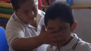 Dân mạng xúc động trước video cậu bé Down vỗ về bạn học tự kỷ