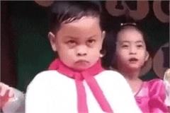 Bé trai diễn văn nghệ với gương mặt 'hờn cả thế giới'