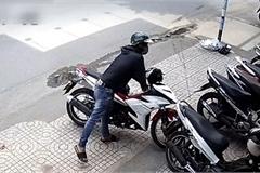 Xe máy lắp khóa từ vẫn bị bẻ khóa dắt đi trong tích tắc tại Sài Gòn