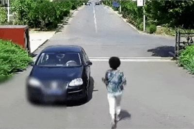 """Quên kéo phanh tay, người phụ nữ cuống cuồng chạy theo ô tô """"tự lùi"""""""