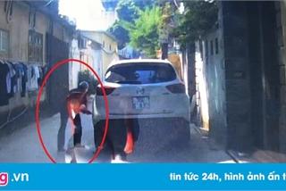 Đỗ xe trong ngõ ở Hà Nội, ôtô bị đâm thủng lốp