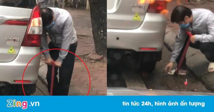 Tài xế dùng bơm xe đạp bơm lốp ôtô