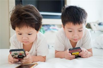 Không phải cứ cho trẻ chơi smartphone là sai