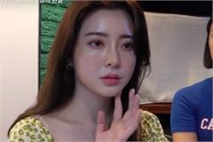 Ca sĩ Choi Yun Jin bán cà phê để kiếm sống