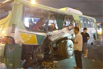 Ô tô tải tông xe buýt, 20 người bị thương
