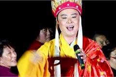 'Đường Tăng' Từ Thiếu Hoa mặc áo cà sa đi hát mưu sinh tuổi 62