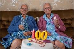 Cặp song sinh già nhất nước Anh tròn 100 tuổi
