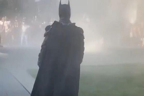 Clip 'Batman' xuất hiện giữa biểu tình Mỹ gây sốt trên mạng