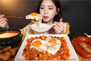 YouTuber Hàn bị tố 'giả vờ nhai' rồi nhổ thức ăn trong clip mukbang
