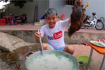 Vì sao video 'nồi cháo gà nguyên lông' của Hưng Vlog lại viral?