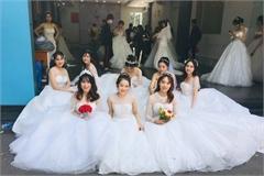 Sự thật bức ảnh tập thể cô dâu ở sân trường đại học tại TP.HCM