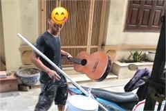 Anh thợ thạch cao hạnh phúc khi được tặng cây đàn cũ