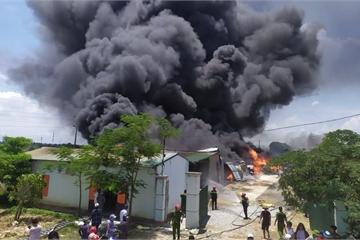 Nhà kho 2.000 m2 bốc cháy ngùn ngụt lúc giữa trưa