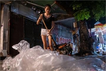 Đường phố ngập rác sau đêm Trung thu