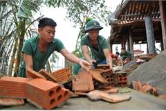 Bộ đội sửa lại nhà lưu niệm Đại tướng Võ Nguyên Giáp sau trận lũ lịch sử