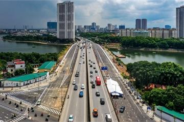 Thông xe cầu vượt qua hồ Linh Đàm