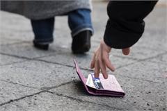 Chàng trai thử làm rơi ví ở Nhật Bản 50 lần