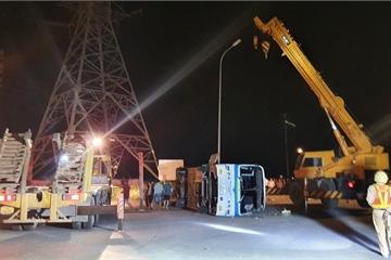 Quảng Ninh: Ô tô chở công nhân bị lật, nhiều người thương vong