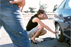 Rạch lốp xe phụ nữ rồi vờ tới giúp để kiếm cớ làm quen