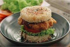 Làm hamburger cơm kẹp gà chiên kiểu Nhật