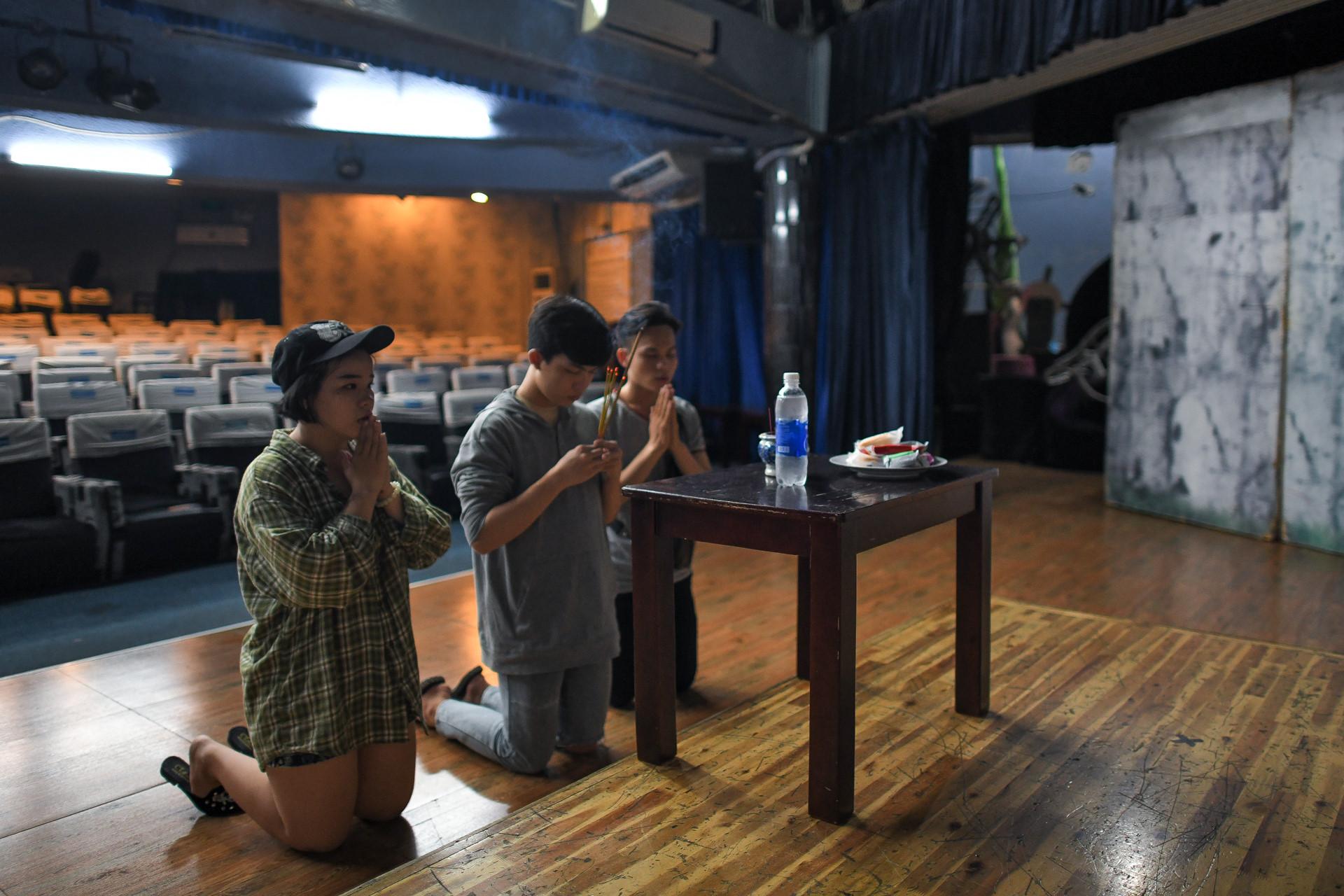 Dem dien cuoi o san khau Hong Van: Chuyen sau tam man nhung hinh anh 12